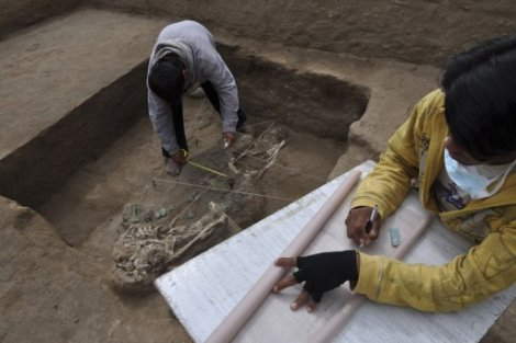 Archaeologists working at Chotuna-Chornancap archaeological dig, via Hispanically Speaking News