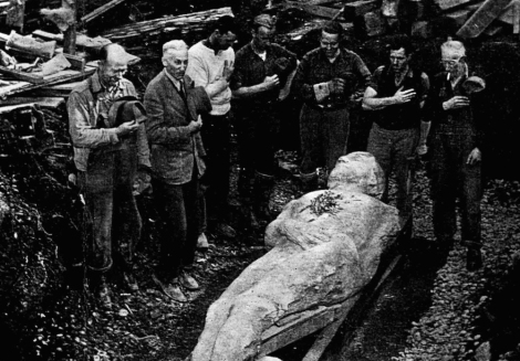 """WORKERS DWARFED BY 10-FOOT CARDIFF GIANT AT """"GRAVESITE"""""""
